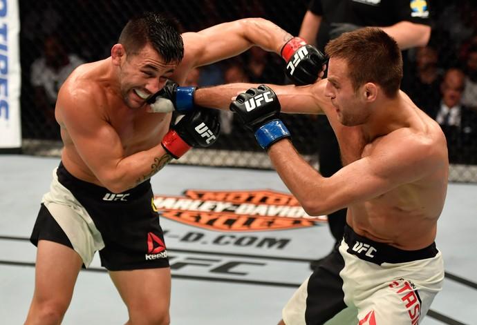Pedro Munhoz venceu Damian Stasiak por decisão unânime (30-27; 29-28 e 29-28) (Foto: Getty Images)