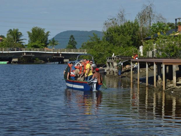 Prefeitura de Itapema utilizou barcos para fiscalizar saídas de esgoto (Foto: Luiz Souza/Divulgação)
