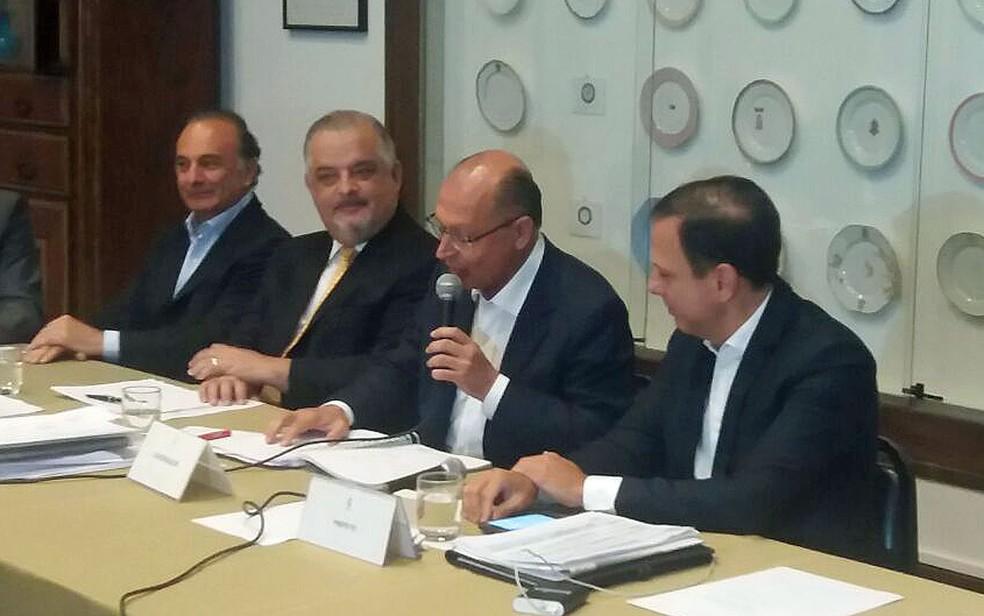 Governador Geraldo Alckmin (centro) fala durante cerimônia ao lado do prefeito João Doria (Foto: Tatiana Santiago/G1)
