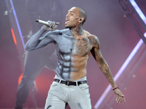 Chris Brown se apresenta no BET Awards, em Los Angeles (Foto: Phil McCarten/Reuters)