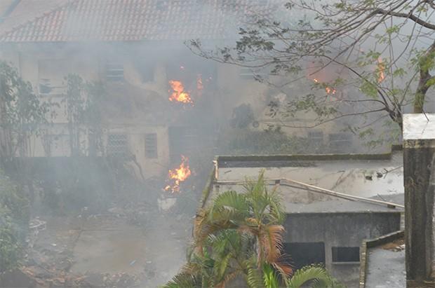 Moradora de Santos registra trabalho de bombeiros em meio a fogo e destroços após queda de avião que matou Eduardo Campos (Foto: Época)