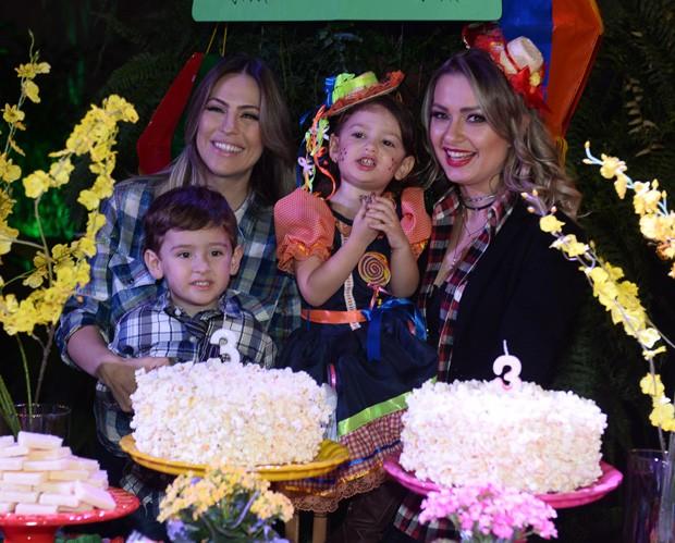 Milena Vedan com Luigi e Mikelly Medeiros com Alice (Foto: Francisco Cepeda/AgNews)