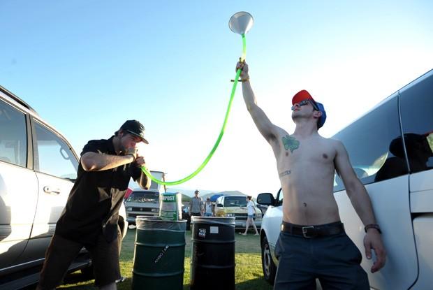 Dupla usa 'beer bong' para tomar cerveja durante festival de musica Coachella (Foto: John Shearer/Invision/AP)