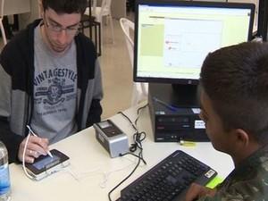 Exército participa de treinamento para ajudar no cadastro biométrico dos eleitores (Foto: Reprodução/RBS TV)