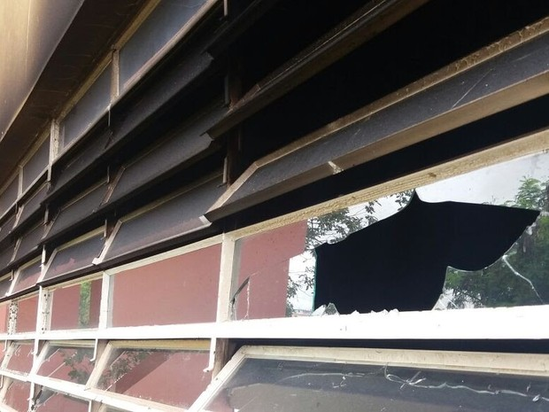 Vidros das salas de aula foram quebrados (Foto: Câmara de Sorocaba/Divulgação)