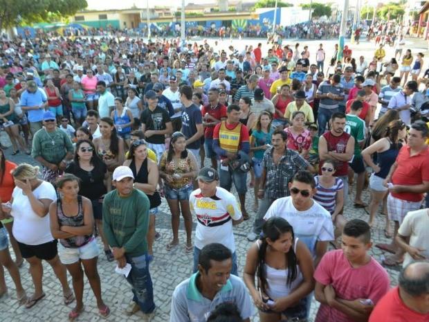 Mais de duas mil pessoas lotaram a praça da cidade para acompanhar o sorteio do poço profundo (Foto: Notícias de Pentecoste)