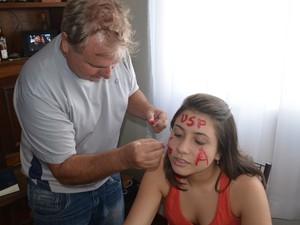 Pai desenha 'USP' no rosto da filha aprovada na Fuvest - Piracicaba (Foto: Thomaz Fernandes/G1)