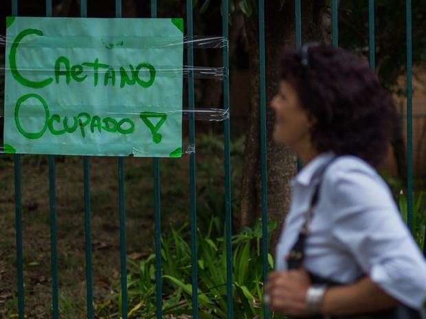 Cartaz na entrada da Escola Estadual Caetano de Campos (Foto: Victor Moriyama/G1)