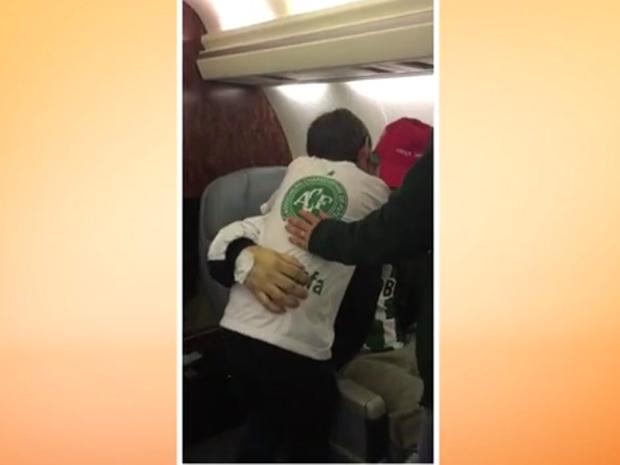 Filho de Rafael Henzel subiu em avião para abraçar o pai em Chapecó (Foto: Reprodução/RBSTV)