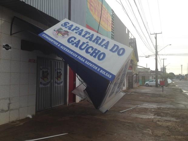 Fachada de sapataria caiu com o temporal, na região central (Foto: Jonatas Boni/ G1)