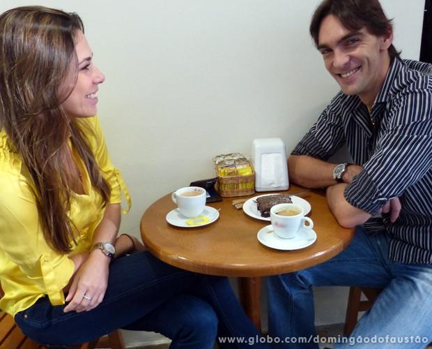 Os dois curtem um café com bolo nos bastidores (Foto: Domingão do Faustão / TV Globo)