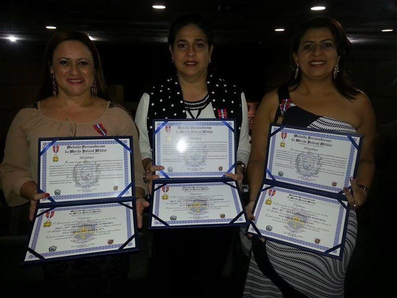 A gestora de RH, Marli Ruys; a diretora da TV Grande Rio, Patrícia Coelho; e a gestora de comunicação, Néya Gonçalves, receberam a hoemangem da Polícia Militar.  (Foto: Arquivo Pessoal)