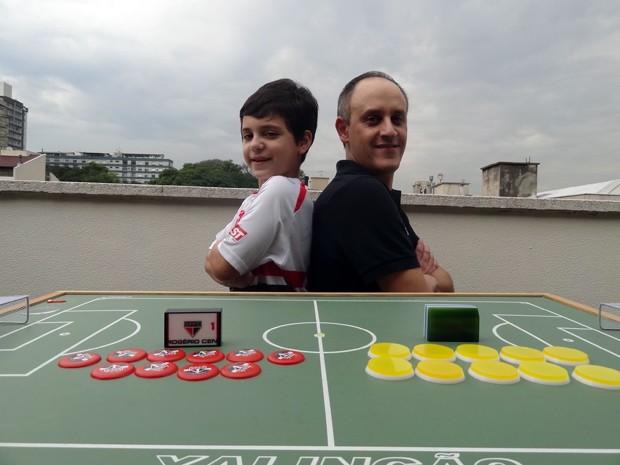 Pai e filho jogando futebol de botão (Foto: Paula Menezes/ G1)