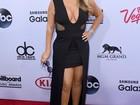 Rita Ora e Mariah Carey mostram pernas e decote em evento