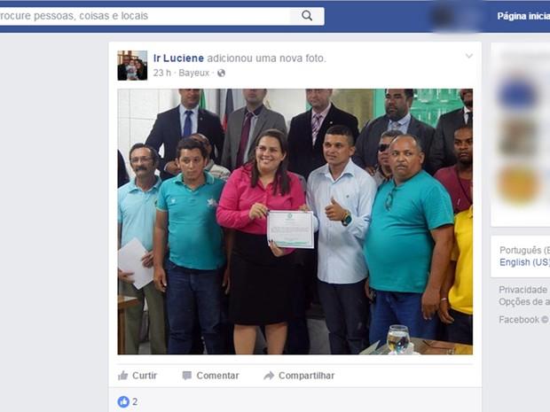 Luciene de Fofinho tirou fotos com integrantes do grupo no dia da sessão  (Foto: Reprodução/Facebook)