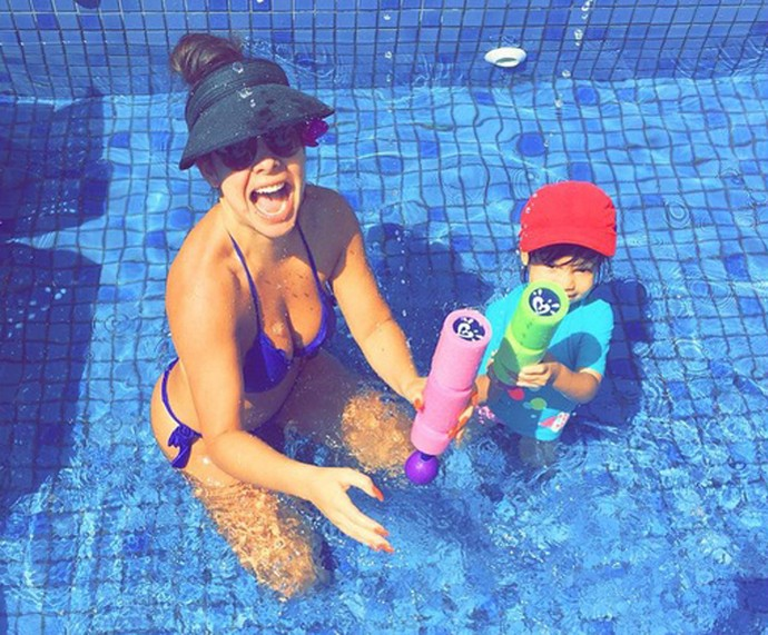 Fernanda se diverte com a afilhada Isabeli (Foto: Arquivo Pessoal)