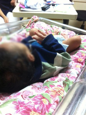 Bebê foi encontrado deitado em travesseiro em frente a um prédio de Lajeado (Foto: Bruna Ostermann/RBS TV)