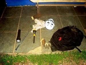 Mascaras e ferramentas foram apreendidas com suspeitos (Foto: PRF/Divulgação)