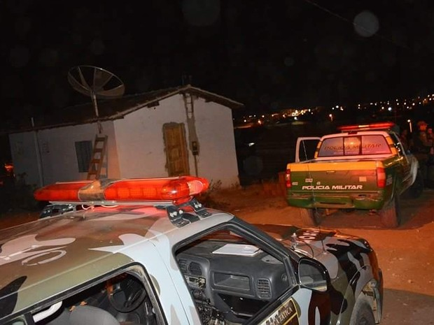 Corpos foram removido da residência já durante a madrugada (Foto: Portal FN Notícias)