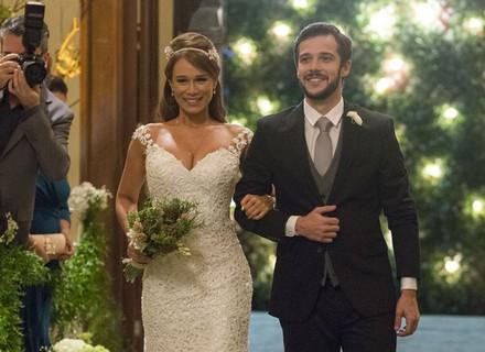 Tancinha aparece deslumbrante no casamento com Beto