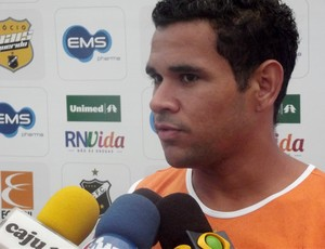 Éderson, atacante do ABC (Foto: Matheus Magalhães/Globoesporte.com)