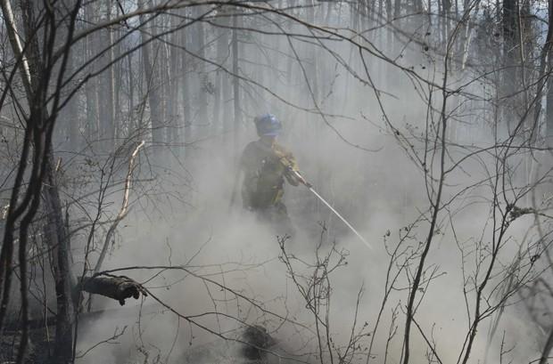 Bombeiros admitem que estes gigantescos incêndios devem continuar nos próximos meses (Foto: Chris Schwarz/Government of Alberta/REUTERS)