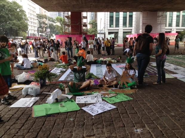 Ativistas se concentram no vão livre do Masp para a Marcha da Maconha (Foto: Vivian Reis/G1)