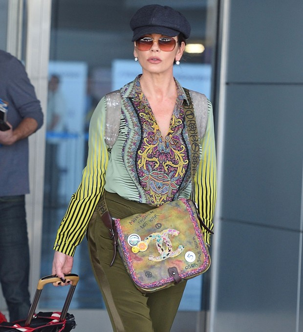 Catherine Zeta-Jones usa bolsa com mensagem antiguerra (Foto: Grosby Group)