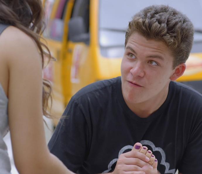 Artur reclama do chulé da amiga (Foto: TV Globo)