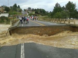 Chuva inundou a ponte que dá acesso ao município de São João do Triunfo (Foto: Viviane Mallmann/RPC TV)