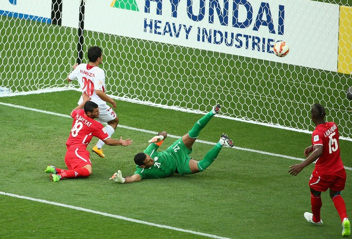 Jogador jordaniano empurra bola e balança as redes na Copa da Ásia (Foto: Quinn Rooney)