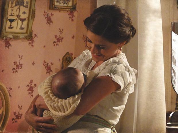 Sandra visita o irmão durante sua lua-de-mel e levanta suspeitas (Foto: Lado a Lado / TV Globo)