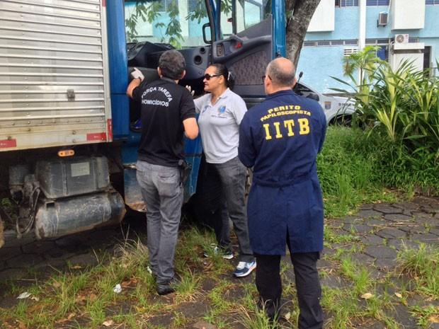Caminhão da vítima está sendo periciado no DHPP, que vai investigar o caso. Segundo familiares, nenhum pertence da vítima foi levado. No entanto, cadeado da carroceria do veículo estava arrombado. Eles acreditam em tentativa de assalto (Foto: Kety Marinho / TV Globo)