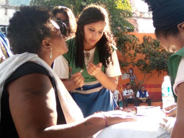 Ação na Cracolândia promove dia da beleza a usuários de droga (Foto: Carmen Lopes/Arquivo Pessoal)