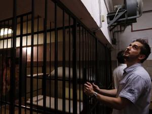Jogador tenta escapar de uma prisão fictícia no jogo de fuga TrapFactory em Budapeste (Foto: Laszlo Balogh/Reuters)