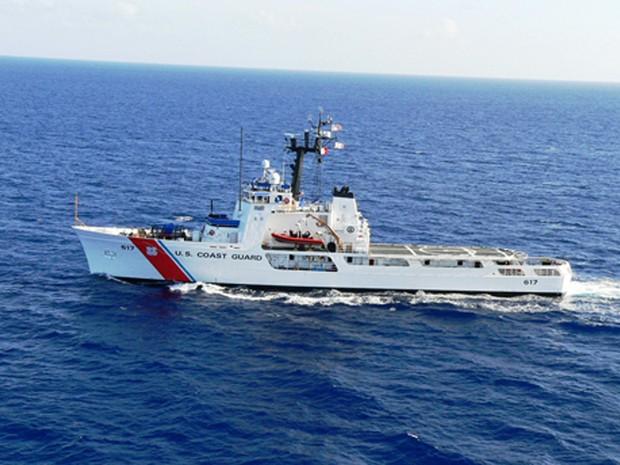 Navio da guarda-costeira dos EUA que transporta 38 imigrantes cubanos. Governo de Cuba autorizou o retorno dos imigrantes à ilha (Foto: Guarda Costeira dos EUA/AP)