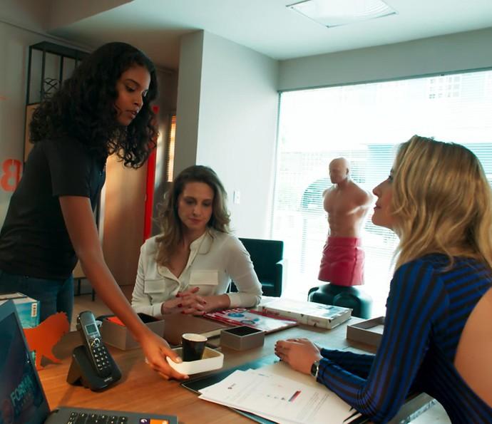 Joana chega com o cafezinho e Bárbara vai além (Foto: TV Globo)