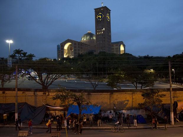 Público está acampado nas imediações da Basílica (Foto: Felipe Dana/AP)