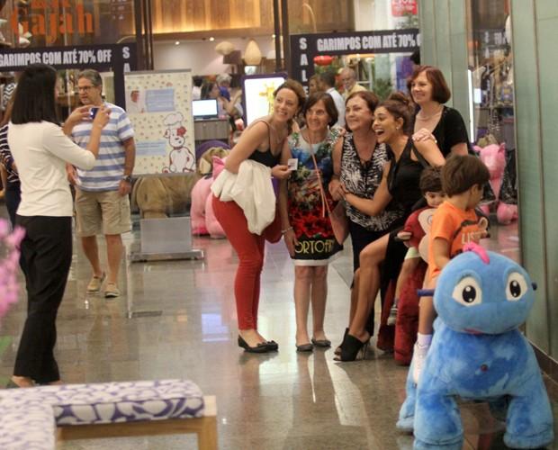 Juliana Paes e fãs (Foto: Agnews)