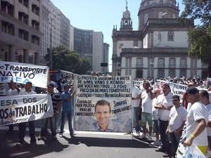 Motoristas de vans levam cartazes com críticas à determinação do prefeito Eduardo Paes (Foto: Janaína Carvalho/ G1)