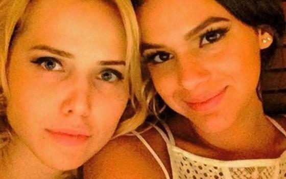 Como se não bastasse as cenas quentes na TV, Letícia e Bruna posam na maior intimidade nas redes sociais (Foto: Reprodução Instagram)
