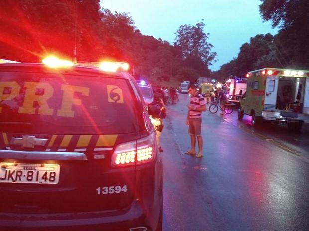Trânsito esteve interrompido por cerca de meia hora após acidente (Foto: PRF/Divulgação)