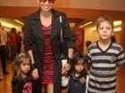 Giovanna Antonelli passeia no shopping com os filhos