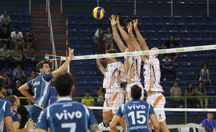 Montes Claros manteve o comando do jogo contra o Minas (Foto: Solon Queiroz )