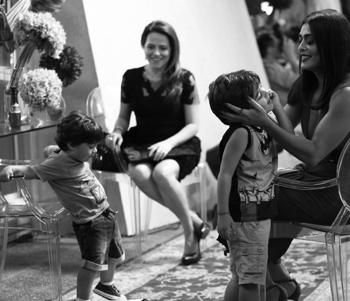 Fofura! Juliana Paes recebe Antonio e Pedro nos bastidores das gravações de 'Totalmente Demais' (Foto: Raphael Dias / Gshow)