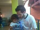 Pedro Leonardo busca filha na escola e ganha presente