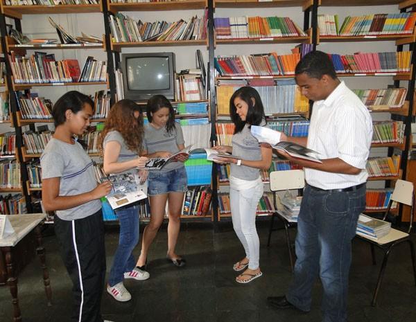 Alunos que acabaram de terminar o 9º ano do Barão do Rio Branco, em biblioteca montada no Instituto de Educação. (Foto: Cristina Moreno de Castro/G1)