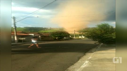 Moradores registram vendaval com forma de tornado no interior de SP