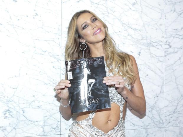 Luana Piovani posa com sua revista em festa em São Paulo (Foto: Rafael Cusato/ Brazil News)