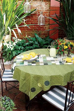 Os guardanapos amarelos com bolinhas brancas quebram a monocromia do verde sem chocar, na dose certa. Pratos da Casamiga, linha Chamonix (Foto: Marcos Antonio)